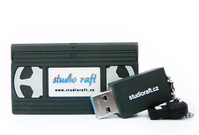 Uložení digitalizovaných videí na 64 GB USB flashdisk ve tvaru VHS kazety